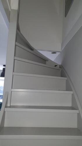 een nieuwe houten trap